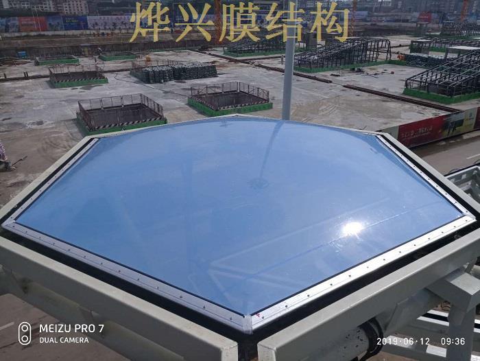 烨兴-贵港高铁站站前广场ETFE膜结构雨棚开始装膜